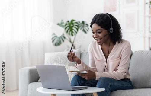 Foto Cheerful Black Female Online Tutor Explaining Subject To Student Via Video Call