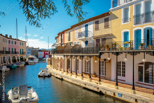 Canvastavla colorful houses and boats on a canal in Port Grimaud, on the French Riviera