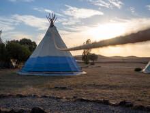 Caseta De Campaña De Estilo Tipi Indio En Un Bosque Durante La Puesta De Sol