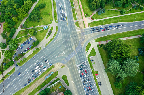 Foto aerial top view of a crossroad junction in city with stoped cars