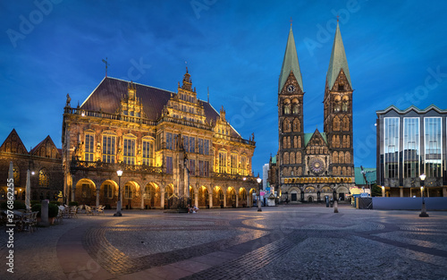 Obraz Bremen, Germany. Panorama of Market square at dusk with historic building of Town Hall and St Peter's Cathedral - fototapety do salonu