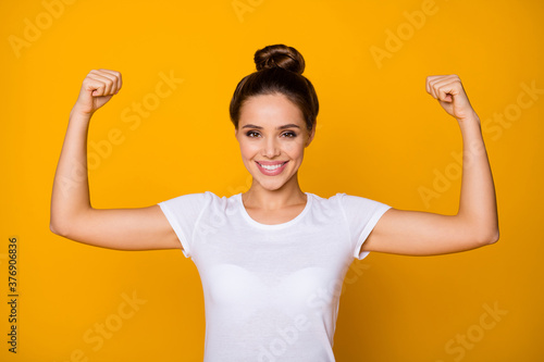Fotografia Portrait of cheerful strong super woman show her muscles she training sportive f