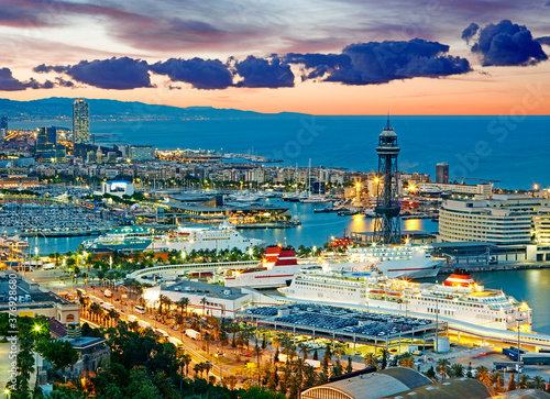 Photo Aerial view of the port of Barcelona illuminated at sunrise