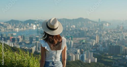 Obraz na plátně Woman enjoy the city view on mountain