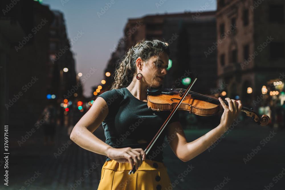 Fototapeta mujer calle violin