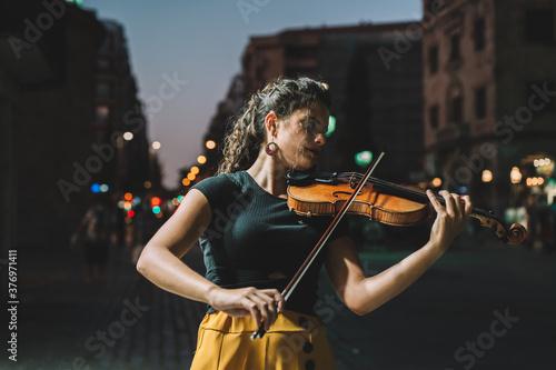 Obraz mujer calle violin - fototapety do salonu