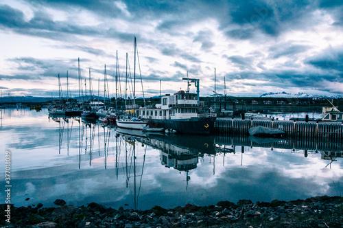 Vista del puerto en un día nublado. Ushuaia, Tierra del Fuego, Argentina.