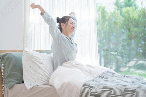 Photo 朝に起床する若いアジア人女性 ポートレート