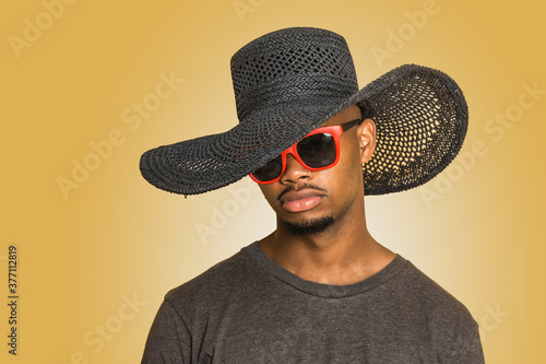 Young black man in hat and sunglasses Fototapet