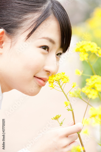 Obraz 花の香りを嗅ぐOL - fototapety do salonu