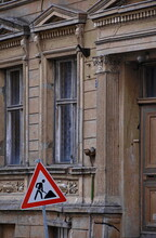 Altes Haus Mit Rissen In Der S...