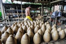 Artesão Trabalhando Com Argila Torneando Peças No Distrito De Icoaraci.