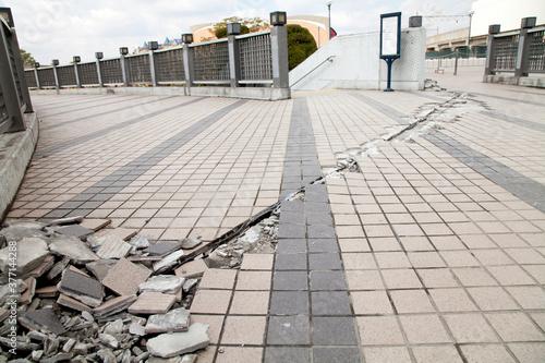 Cuadros en Lienzo 地震で割れた遊歩道