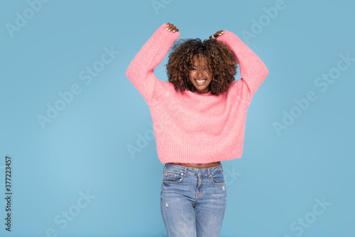 Photo Happy smiling afro girl in pink sweater