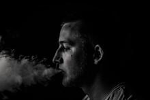 Mann Raucht E Zigarette, Dampf...