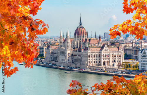 Foto Hungarian parliament building and Danube river, Budapest, Hungary