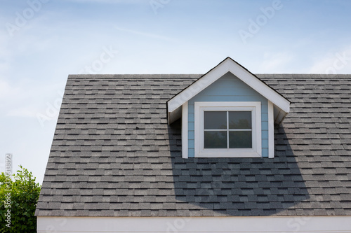 Fotografia Roof shingles with garret house on top of the house among a lot of trees