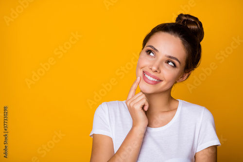 Fotografía Close up photo interested pretty sweet lovely girl look copyspace touch chin fin