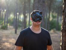 Hombre Joven Con Mascara En Forma De Gato Celebrando Halloween En Un Bosque