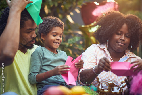Fotomural afro-american mom and dad  playing with their son at birthday party