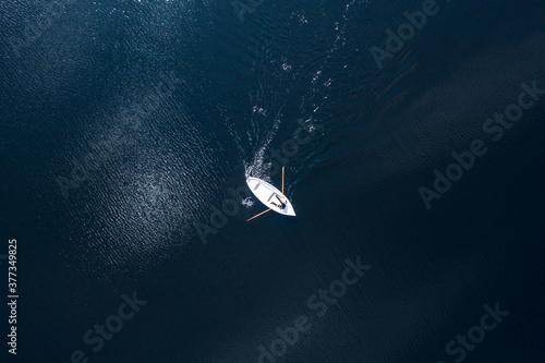 Remando en un bote en el oceano. Vista aérea. Tapéta, Fotótapéta