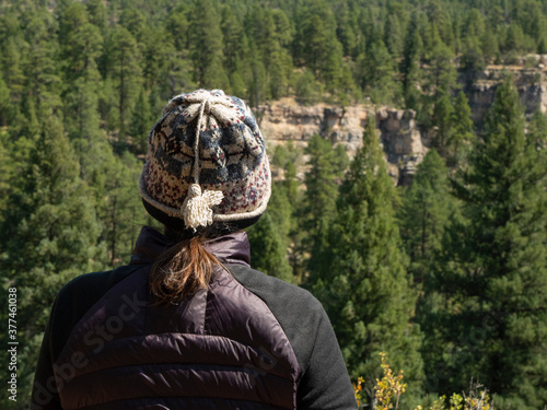 Photo Woman hiker stops to take in the view of a scenic canyon