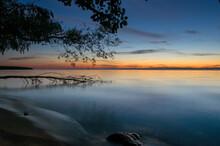 Krajobraz Zachód Słońca Nad Wodą Z Pięknie Oświetlonym Niebem I Starym Drzewem Powalonym Do Wody
