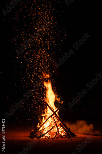 Photo Camp fire in the night