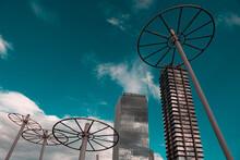 Edificios Gris Con Cielo Azul  Y Nubes De Fondo.