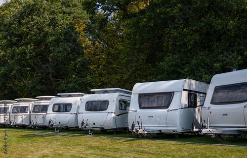 Foto Line of Brand New Camper Vans Motorhomes Awaiting Clients on Dealership Sales Lot