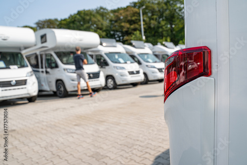Photographie Line of Brand New Camper Vans Motorhomes Awaiting Clients on Dealership Sales Lot