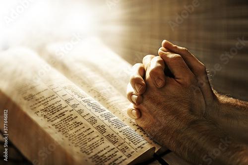 manos cruzadas para realizar una oracion Wallpaper Mural