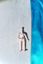 浜にいる人形たち
