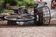 自転車で転倒する女性