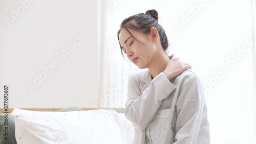 Foto パジャマ姿の若い女性 疲労