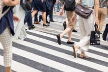 横断歩道を渡る女性たちの足元