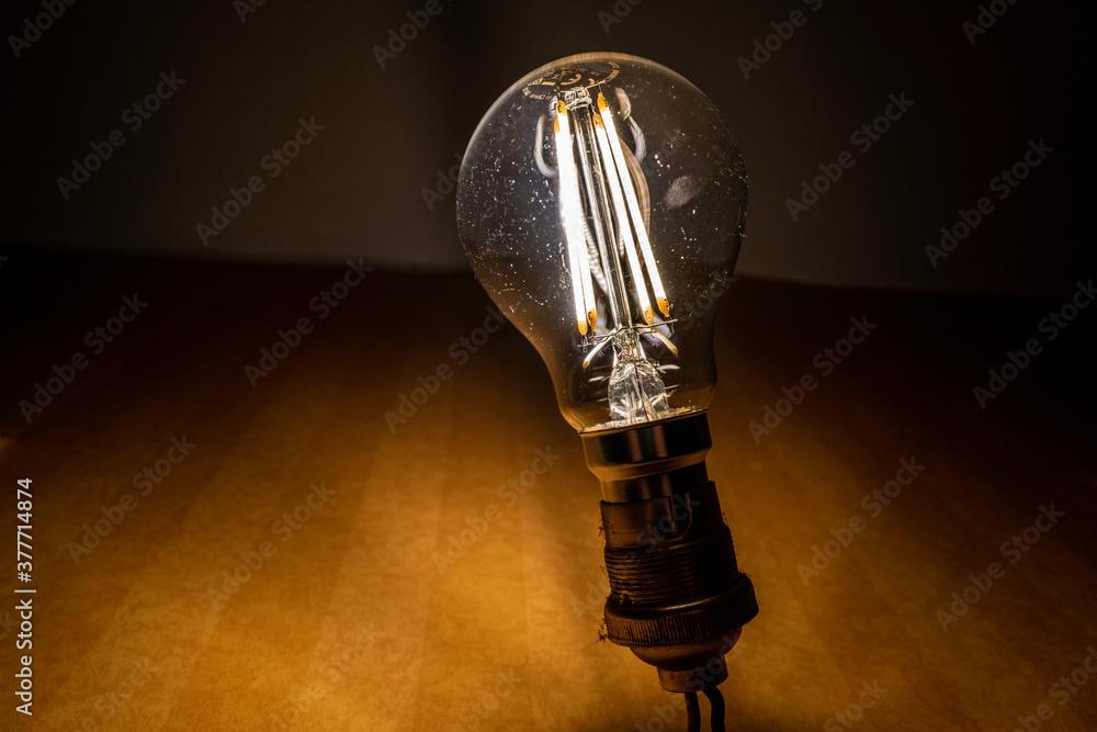 Fototapeta ampoule LED allumée sur douille B22