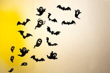 Fondo Naranja De Temática De Halloween. Con Murciélagos Y Fantasmas.