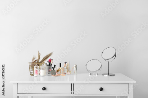 Tablou Canvas Set of decorative cosmetics and mirrors on dressing table