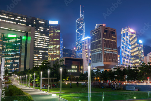 Obraz Skyline of downtown district of Hong Kong city at night - fototapety do salonu