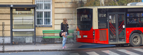 Fotografia Young caucasian woman waiting for a public transportation on a station