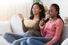 Happy African Girlfriends Eati...
