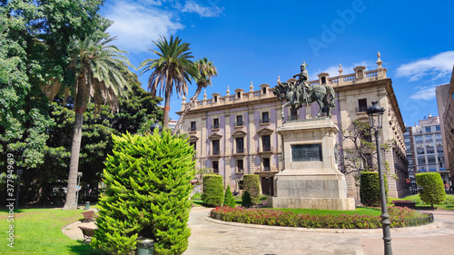 Foto Plaza de Alfonso el Magnanimo y estatua ecuestre al rey Jaime I el conquistador