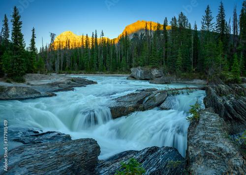 Obraz na plátně Sunset over the natural bridge and sinkhole rock formation over Kicking Horse Ri