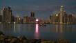 Die Skyline von Panama bei Nacht mit vielen Lichtern und Reflektionen der Lichter im Meer