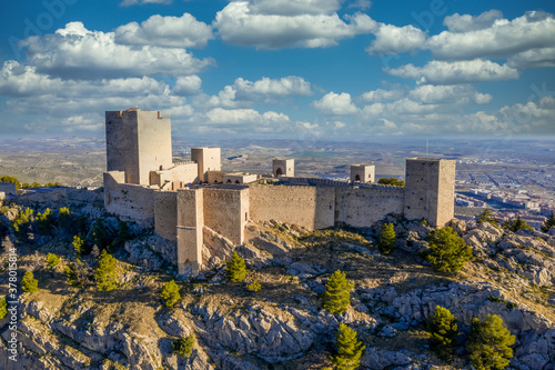 Fotografía Dreamy cloudy sky above Jaen medieval Gothic castle and parador on an outcrop of