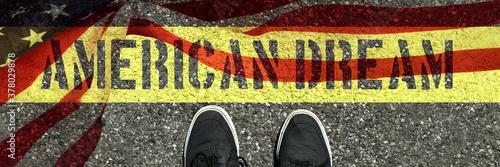 Fototapeta Ein Mann und Slogan American Dream