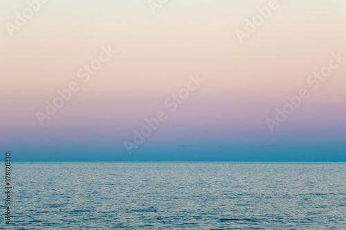 Fényképezés Vista minimalista del mare adriatico calmo che si incontra con il cielo al tramo