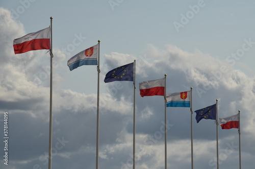 Fototapeta flaga Polski , flagi ,banderą, niebo, blękit, czerwień, symbol, krajowego, biała, dęty, banderą, kanada, kraj, biegun, europa, macha, baner, narody, chmura, flying, unia, fala, patriotyzm obraz