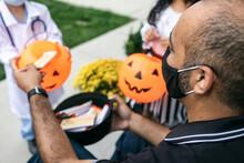 Halloween: Adult Wears Covid F...